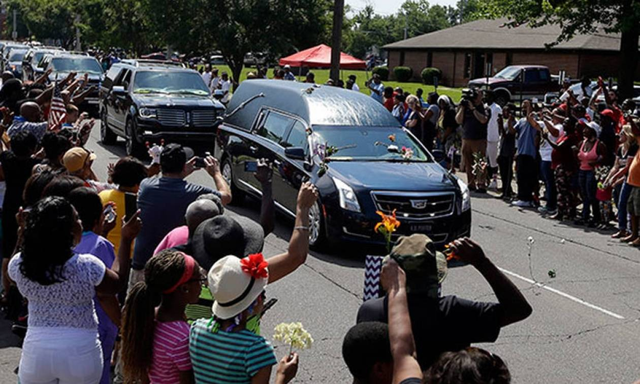 Thousands say last farewell to Muhammad Ali at boxing legend's funeral