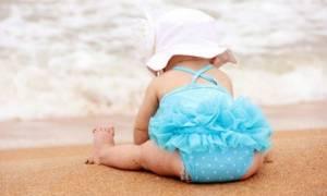 Πρώτο μπάνιο του μωρού στη θάλασσα: Τι να προσέξετε