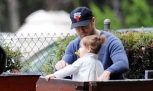 Επιτέλους! Βλέπουμε για πρώτη φορά το πρόσωπο της κόρης του Ryan Gosling & της Eva Mendes