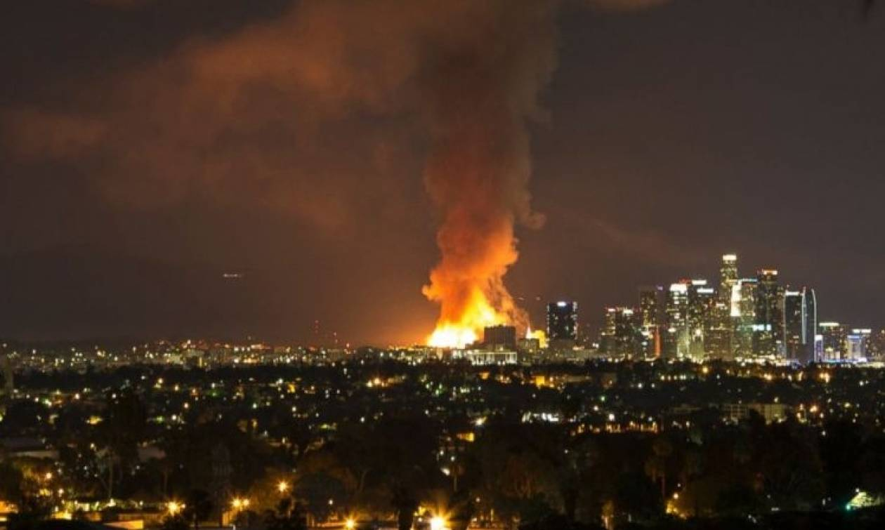 Πέντε άστεγοι νεκροί από πυρκαγιά που ξέσπασε σε ακατοίκητο κτήριο γραφείων (Vid)