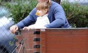 Hot daddy alert! Ο γνωστός ηθοποιός βγήκε για βόλτα με την κόρη του και τρέλανε τους fan του!