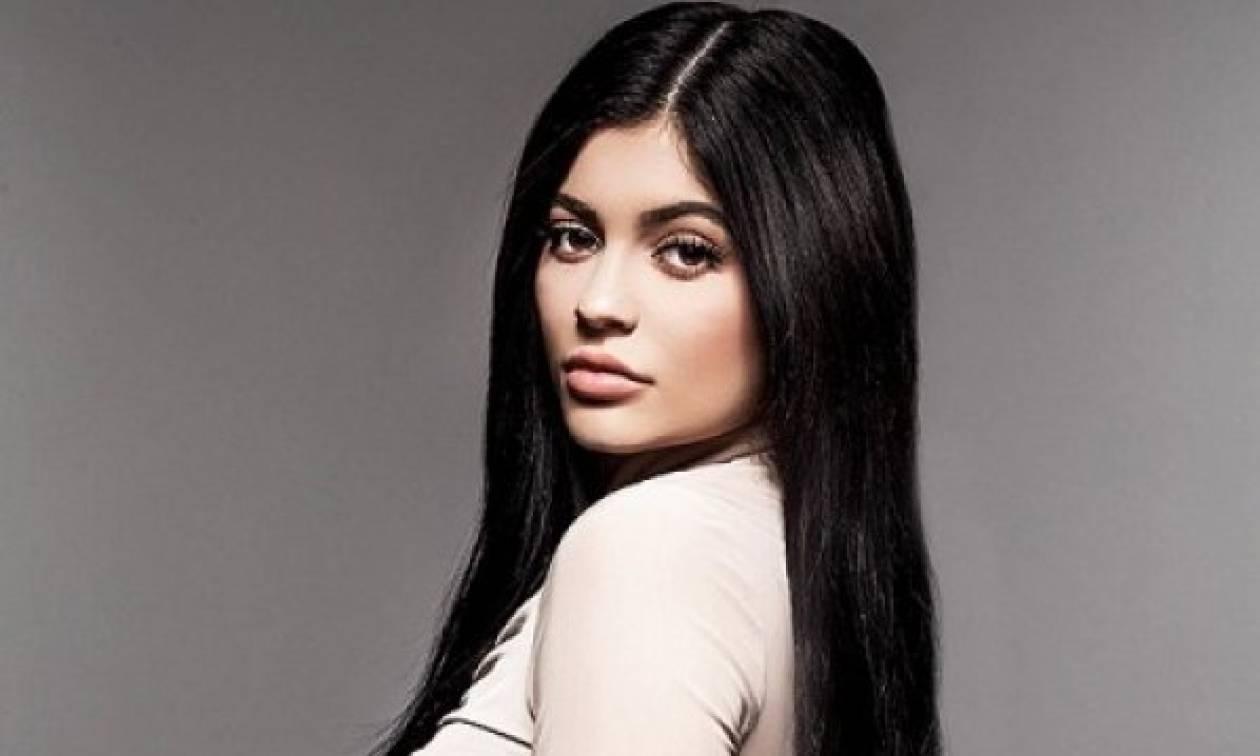 Μα πόσο προκλητική: Δείτε πώς διαφήμισε η Kylie Jenner τη νέα της σειρά καλλυντικών