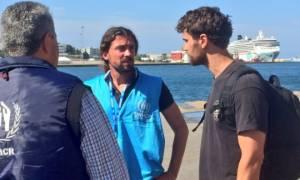 Ο Theo James, ο ελληνικής καταγωγής αστέρας του Χόλιγουντ στους πρόσφυγες στον Πειραιά