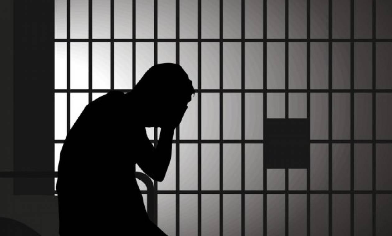 Πουλούσε προστασία από «κούρεμα» καταθέσεων μέσα από το… κελί του