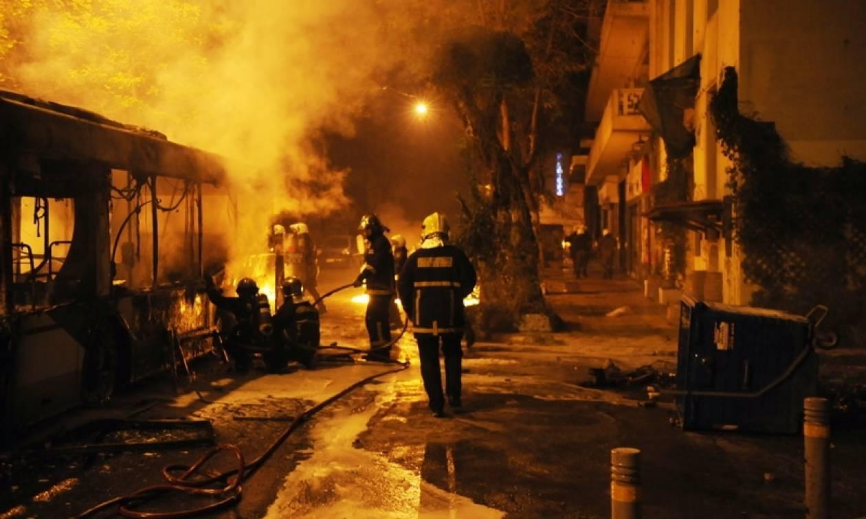 Συμπλοκές με μολότοφ στο Πολυτεχνείο και νέα φωτιά σε λεωφορείο και τρόλεϊ