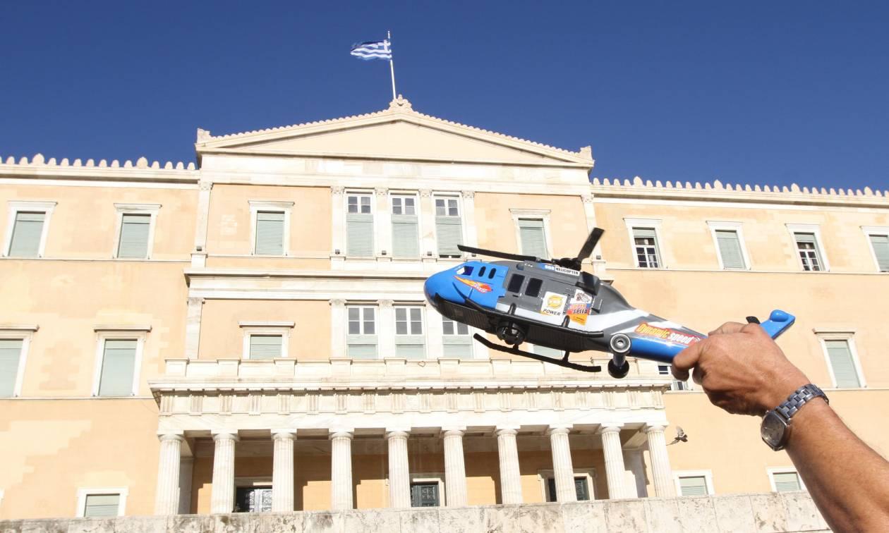 «Κίνημα Παραιτηθείτε»: Οι πιο παράξενες φωτογραφίες των συγκεντρώσεων σε Αθήνα και Θεσσαλονίκη