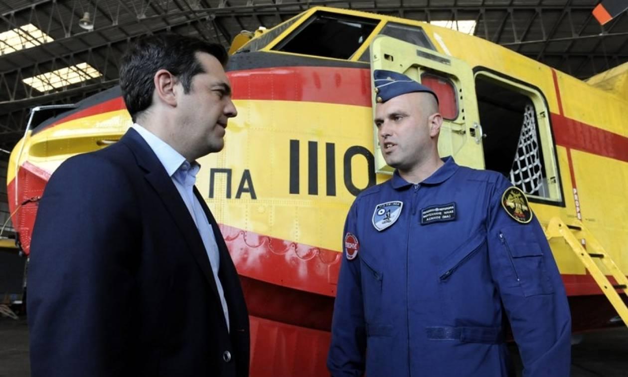Την 383 Μοίρα Αεροπυρόσβεσης στην Ελευσίνα επισκέφτηκε ο Τσίπρας (photo)