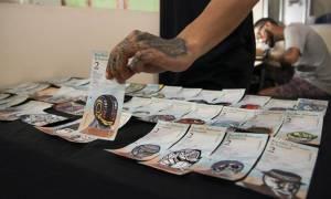 Τα χαρτονομίσματα της κρίσης: Δείτε πώς διαμαρτύρεται καλλιτέχνης στη Βενεζουέλα (pic)