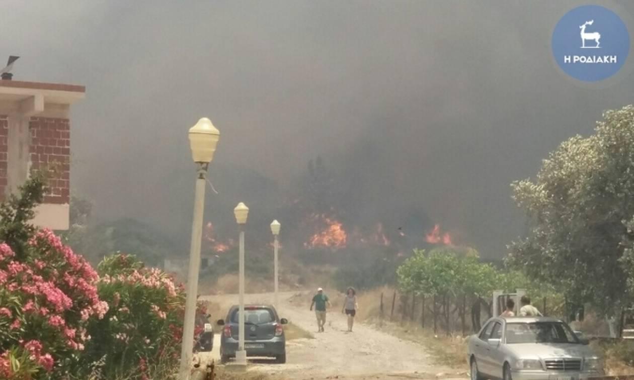 Ρόδος: Ανεξέλεγκτη φωτιά απειλεί το χωριό Απολακκιά (photos - video)