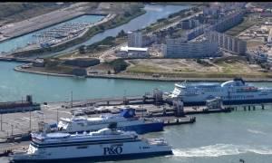 Έκλεισε το λιμάνι του Καλαί λόγω μεταναστών που κολυμπούσαν προς τις αποβάθρες