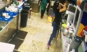 Τα απίστευτα αντανακλαστικά σερβιτόρας που έχουν γίνει viral! (video)