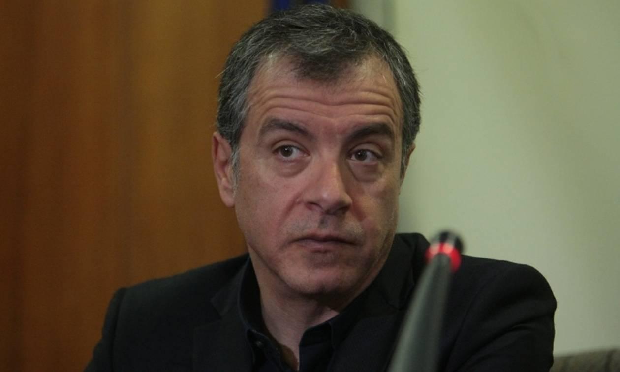 Θεοδωράκης: Στο ασφαλές πρωθυπουργικό γραφείο τα σωσίβια μπορούν να μοιράζονται ως σουβενίρ