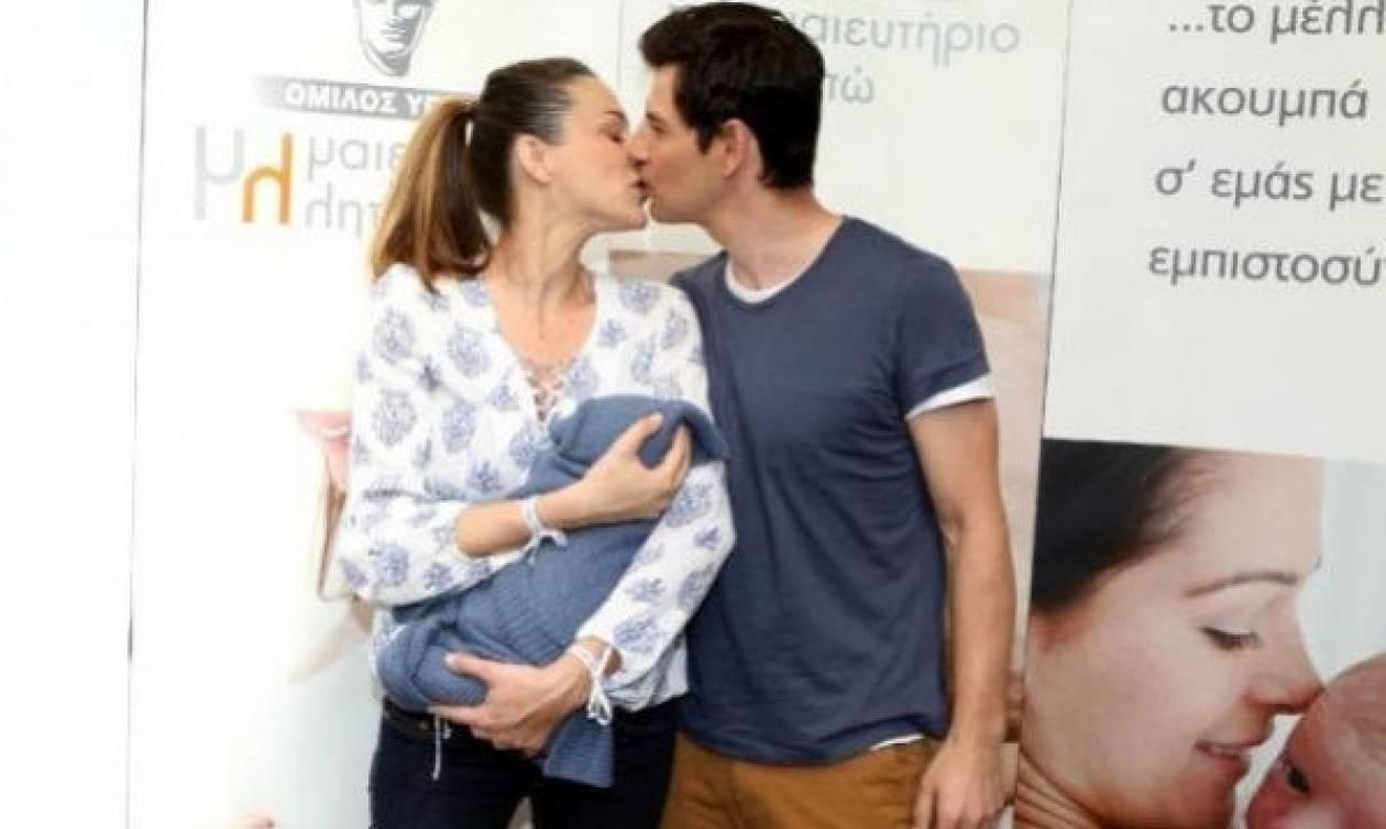 Ο Σάκης Ρουβάς αγκαλιά με το μωρό του