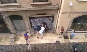 Euro 2016: Άγγλοι την «έπεσαν» σε οπαδό της Λιόν (video)