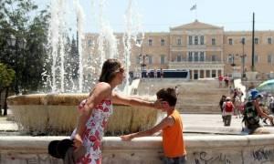 Ζέστη και καυσαέριο κάνουν αποπνικτική την ατμόσφαιρα στην Αθήνα