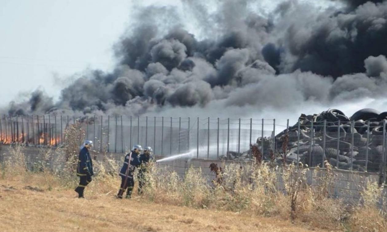 Λάρισα: Σε ύφεση η φωτιά που ξέσπασε σε βιοτεχνία αναγόμωσης ελαστικών