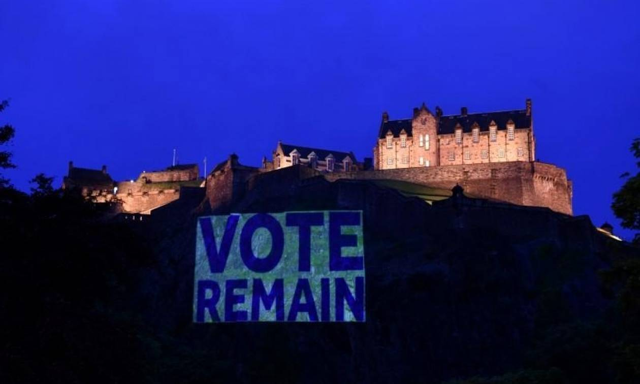 Βρετανία: Ιστορικά κτήρια φωταγωγούνται κατά του Brexit (Pics)
