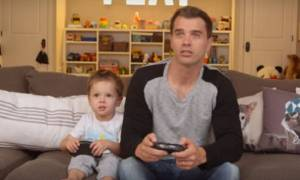 Tα τρικ που χρησιμοποιούν οι μπαμπάδες για να κάνουν το παιχνίδι «ευκολότερο» με τα παιδιά (video)