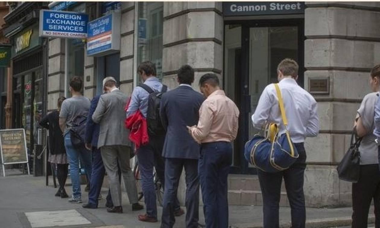 Το Brexit τρομάζει τους Βρετανούς: Ουρές στα ανταλλακτήρια συναλλάγματος - Ξεφορτώνονται τις λίρες