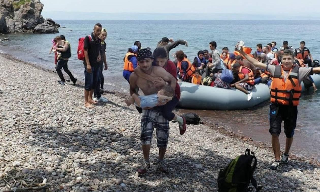 Μυτιλήνη: Συγκλονίζει η εικόνα του πρόσφυγα που κουβαλά την τυφλή γυναίκα του και το μωρό τους
