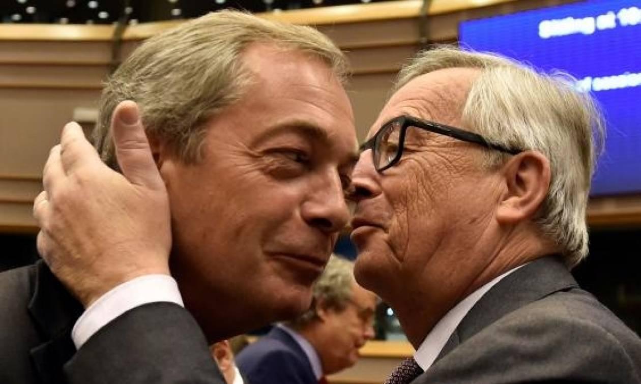 «Πυρ ομαδόν» κατά Φάρατζ στο Ευρωκοινοβούλιο - Το φιλί και οι φαρμακερές ατάκες του Γιούνκερ (vid)