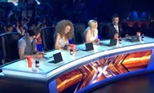 X Factor: Ο Θεοφάνους «ξεγύμνωσε» τη Νωαίνα για το κατέβασμα του παντελονιού (video)