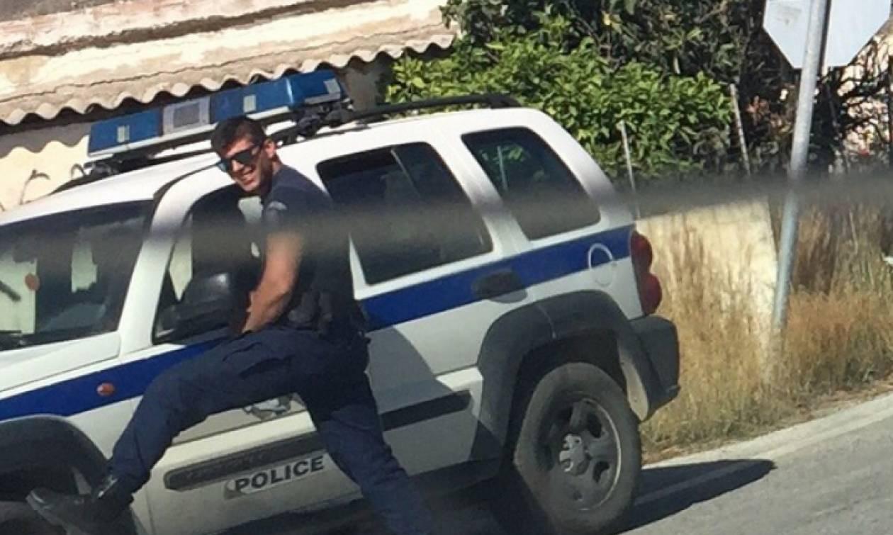 Ο πιο καυτός Έλληνας αστυνομικός, έγινε viral γι' αυτές τις πόζες σε τουρίστρια (photo)