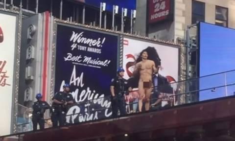 ΗΠΑ: Βγήκε ολόγυμνος στην Times Square φωνάζοντας... τον Τραμπ! (vid)