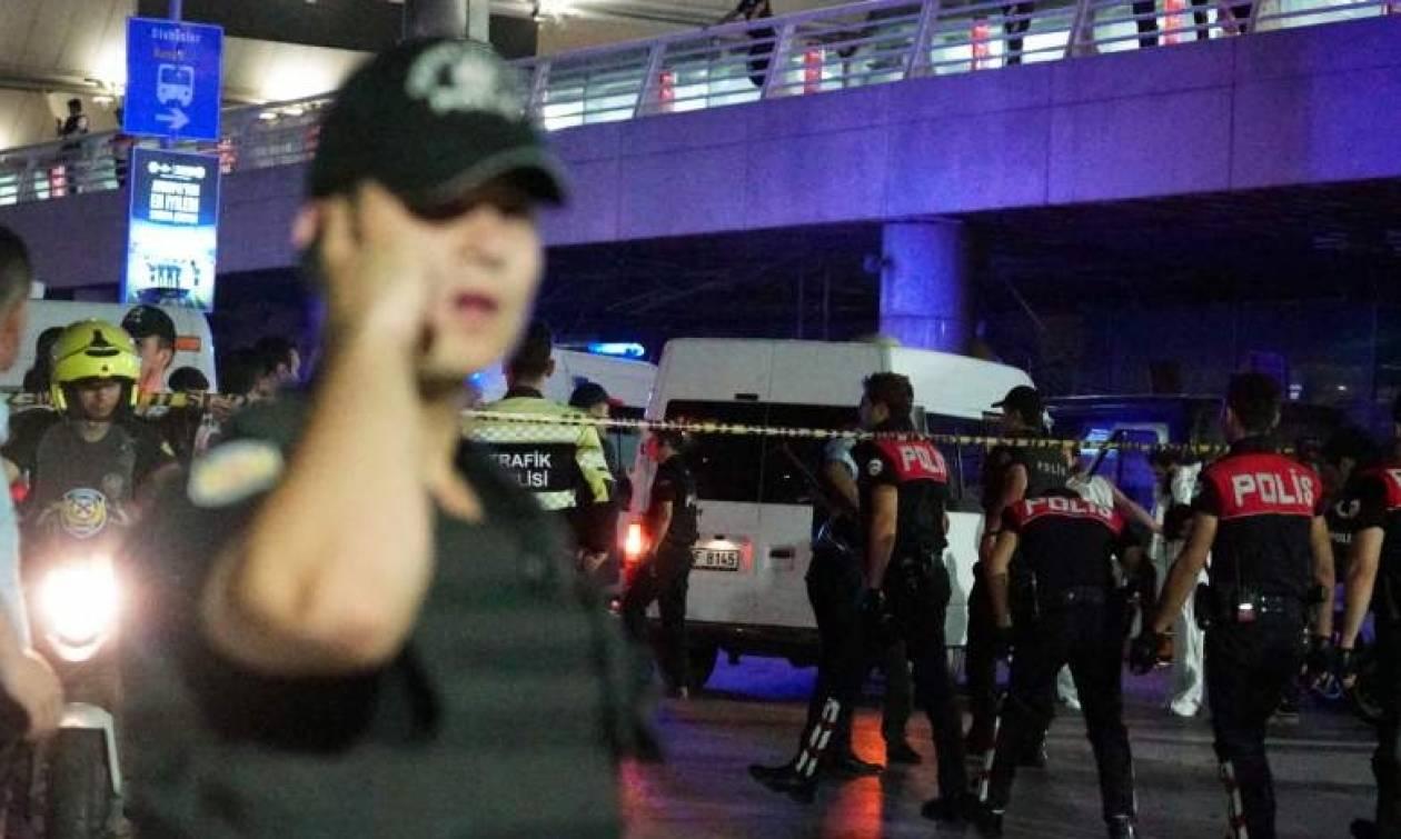 Νέα σοκαριστικά βίντεο από το «Ατατούρκ»: Tρομοκράτης «γαζώνει» αστυνομικό - 44 οι νεκροί