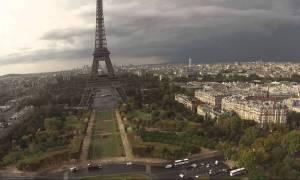 Βίντεο που κόβει την ανάσα: Σκαρφάλωσαν στον πύργο του Άιφελ χωρίς σχοινιά προστασίας!