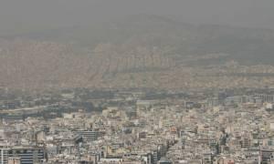 Αποπνικτική η ατμόσφαιρα στην Αθήνα - Στο «κόκκινο» οι τιμές όζοντος