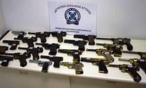 Θεσσαλονίκη: Έκρυβε στο σπίτι του αρχαία και δεκάδες όπλα (pics)