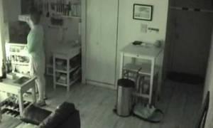 Άκουγε θορύβους από την κουζίνα του και όταν έβαλε κάμερες έπαθε... σοκ!