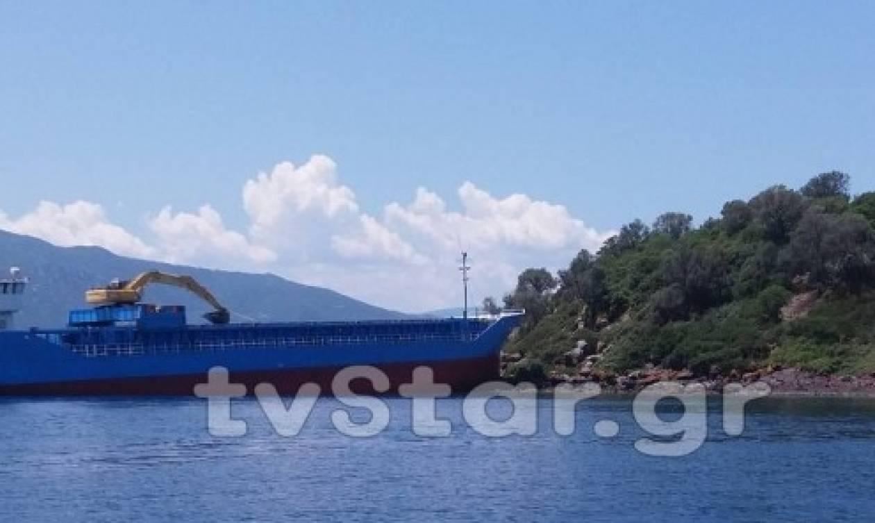 Λιχαδονήσια: Αποκολλήθηκε με επιτυχία το πλοίο που προσάραξε - Συνεχίζει το ταξίδι του (vid)