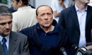 Ιταλία: Eμφανώς καταπονημένος o Σίλβιο Μπερλουσκόνι πήρε εξιτήριο από το νοσοκομείο (Pics &Vid)