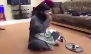Βίντεο σοκ: Τζιχαντιστές γελάνε, ενώ δίπλα τους βιάζεται μια γυναίκα