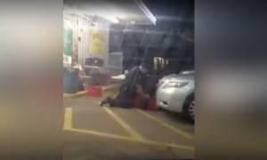 Βίντεο-Σοκ καταγράφει τη δολοφονία Αφροαμερικανού πλανόδιου από λευκούς αστυνομικούς (Pics & Vids)