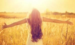 Έκθεση στον ήλιο: Για ποιες μορφές καρκίνου μειώνει κατά 50% τον κίνδυνο
