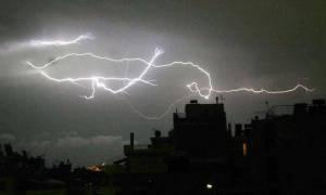 Δύσκολη νύχτα στο Βόλο - Σφοδρή καταιγίδα σάρωσε τα πάντα