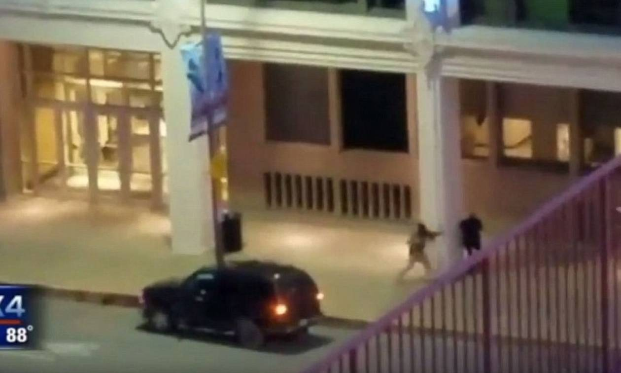 Ντάλας: Η ανατριχιαστική στιγμή που ο δράστης ανοίγει πυρ στους αστυνομικούς (video)