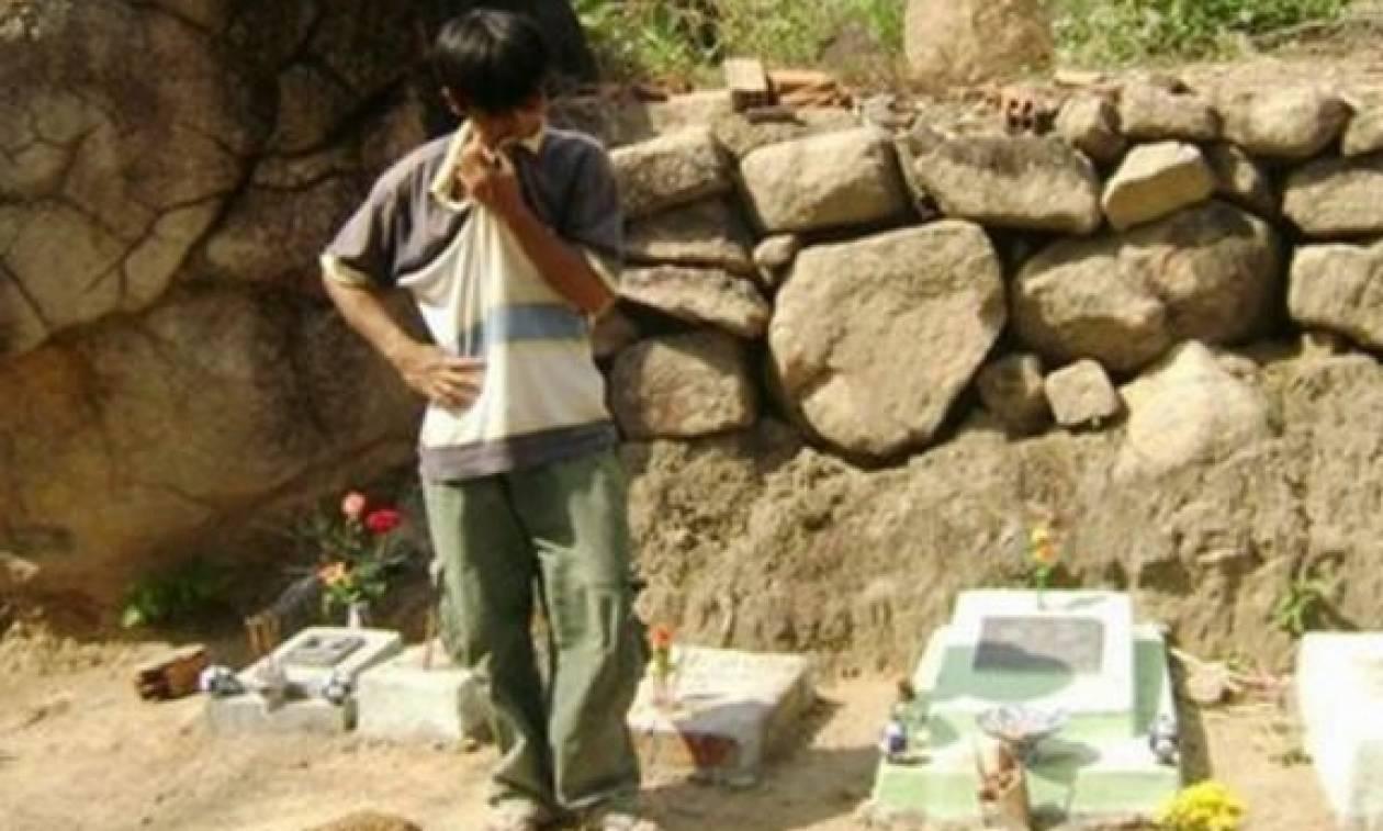 Τα τελευταία 15 χρόνια έχει θάψει πάνω από 10.000 μωρά. Θα συγκινηθείτε όταν μάθετε γιατί (photos)