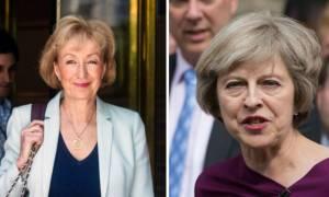 Βρετανία: Αίσθηση προκαλεί η επίθεση της Λίντσομ στη Μέι μέσω... μητρότητας!