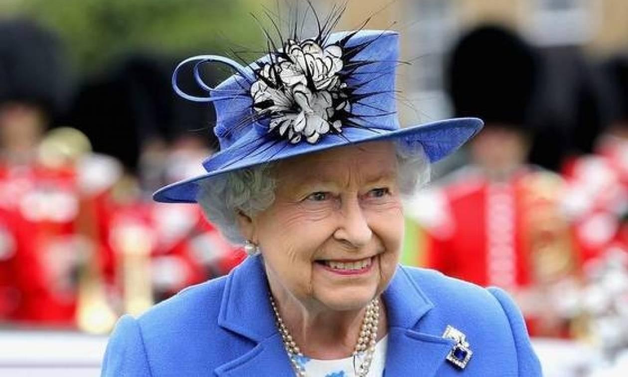 Βρετανία: Δεν φαντάζεστε πόσα δίνει η βασίλισσα Ελισάβετ για να της πλένουν τα πιάτα!