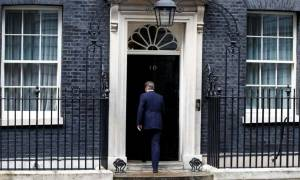 Βρετανία: Ο Κάμερον ανακοίνωσε ότι παραιτείται και... έφυγε τραγουδώντας! (vid)
