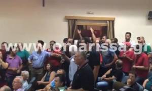 Άγριο «κράξιμο» σε Αποστόλου από αγρότες: Δεν θα πληρώσουμε εμείς τα Μνημόνιά σας! (vid)