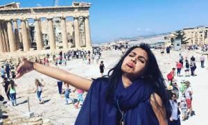 Ξεκαρδιστικές φωτογραφίες: Ήρθε στην Ελλάδα για ταξίδι του μέλιτος... μόνη και έγινε viral!