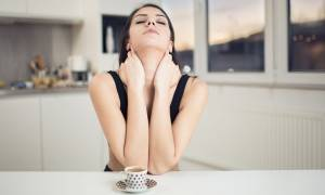 Πέντε γρήγορες ασκήσεις για να αντιμετωπίσετε τον πόνο στον αυχένα