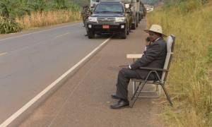 Απίστευτη εικόνα: Ο πρόεδρος της Ουγκάντα τηλεφωνεί και το Twitter παίρνει «φωτιά»