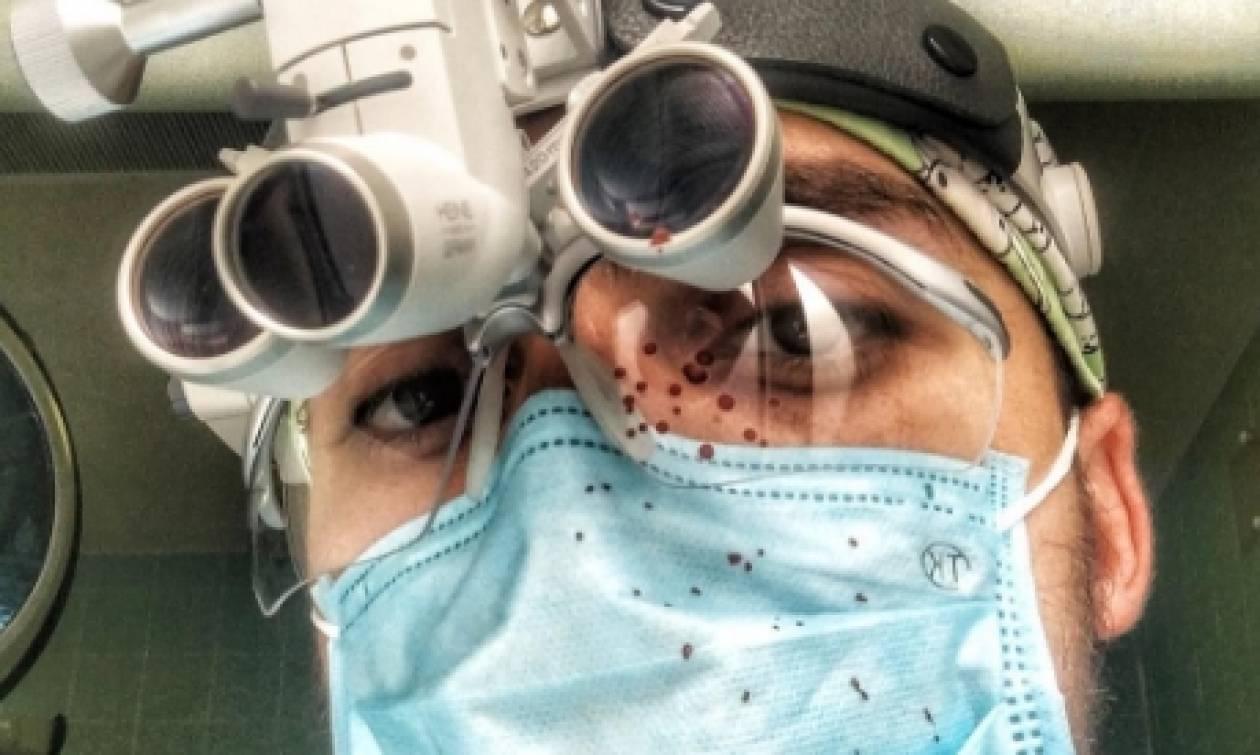 Θύελλα αντιδράσεων για τον πλαστικό χειρουργό που τραβάει selfies με τις γυμνές, ναρκωμένες ασθενείς