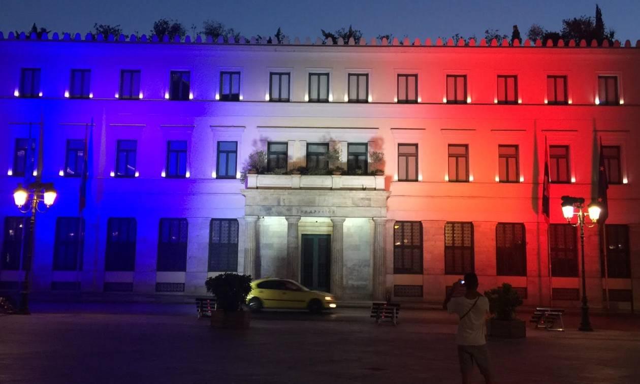 Στα χρώματα της γαλλικής σημαίας το δημαρχείο της Αθήνας (photos&video)
